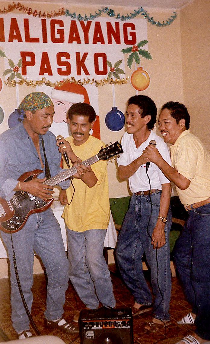 Kantahan: Filipinos in Saudi sing their homesickness away during an indoor Christmas party.(Photo courtesy of Noel L. Senisante)