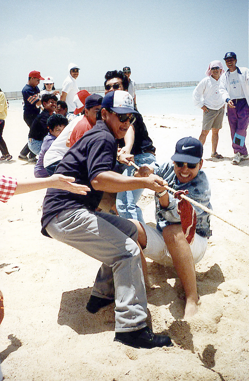 Tug-of-War: With the restrictions on observing Christmas, Filipinos find creative ways to celebrate, like having a New Year or Year-end party. They engage in games at the Obhur beach along the Red Sea in Jeddah. (Photo courtesy of Noel L. Senisante)