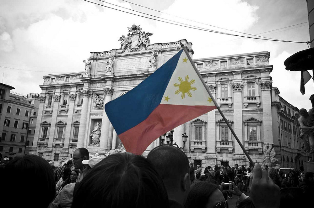 Filipinos raise the flag at the Trevi fountain in Rome. (Photo by Gilbert Koa)