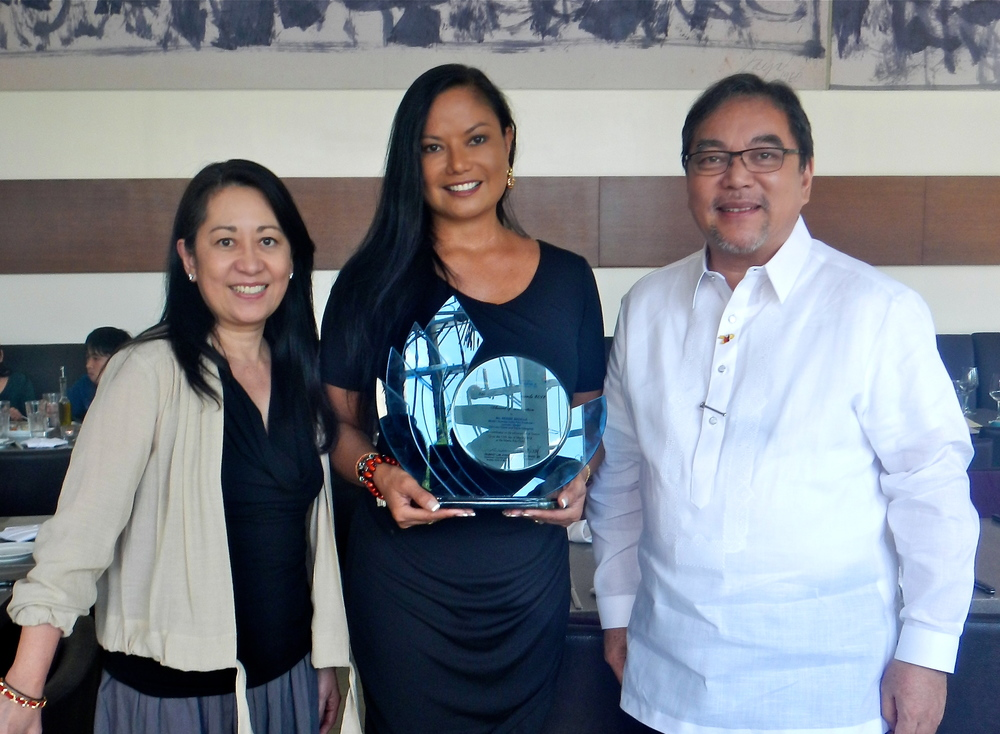 "Bessie, co-founder of the Facebook group, ""Come Visit My Philippines,"" is congratulated by Department of Tourism Secretary Ramon Jimenez, Jr. and Mrs. Abby Jimenez after receiving the ""2012 Rotary Club of Manila Award for Online Tourism."""