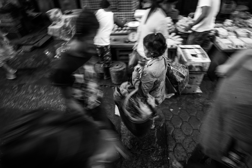 Customers flock to Quiapo for cheap goods. (Photo by Rick Rocamora)