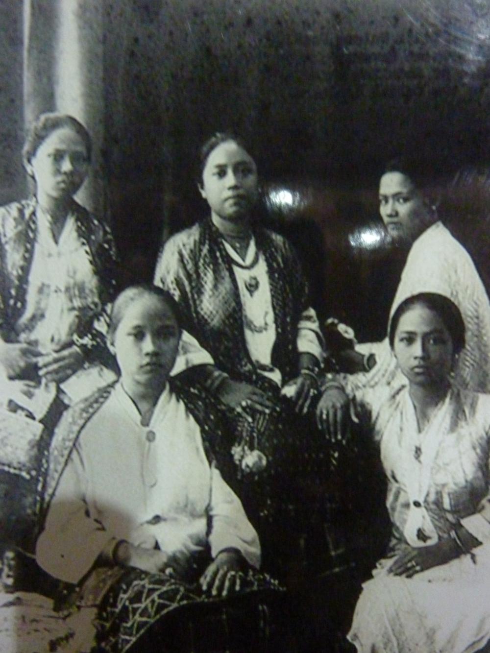 Princess Piandao (center, with black shawl)