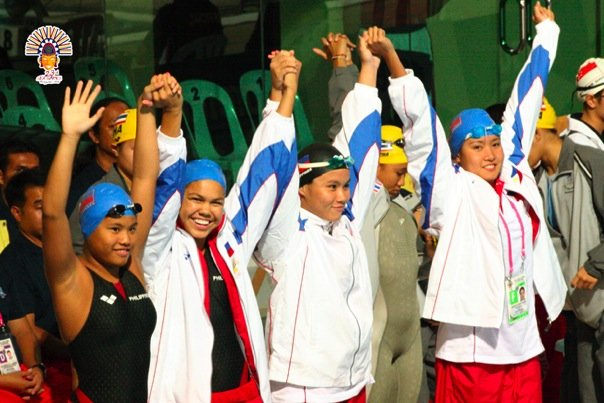 Waving to the crowds (second from the left) before a relay at her first SEA Games in Manila (2005)