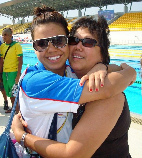 Totten with mother, Yolanda, at the 2007 SEA Games in Thailand