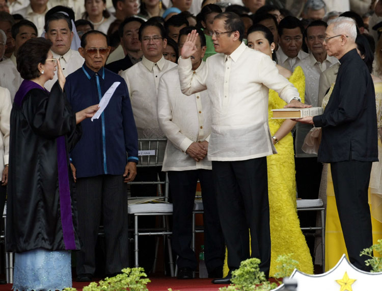 Associate Justice Morales swears in Benigno S. Aquino III as the fifteenth president of the Philippines. (Source: visitpinas.com)
