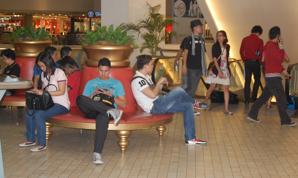 Pinoys busy with their cell phones at Trinoma Mall in the Philippines (Photo by Raymond Virata)