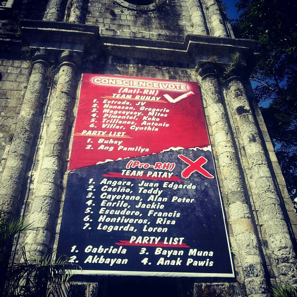The controversial Team Buhay / Team Patay banner put up by the Catholic Church in Bacolod City (Source: theclickbook.wordpress.com)