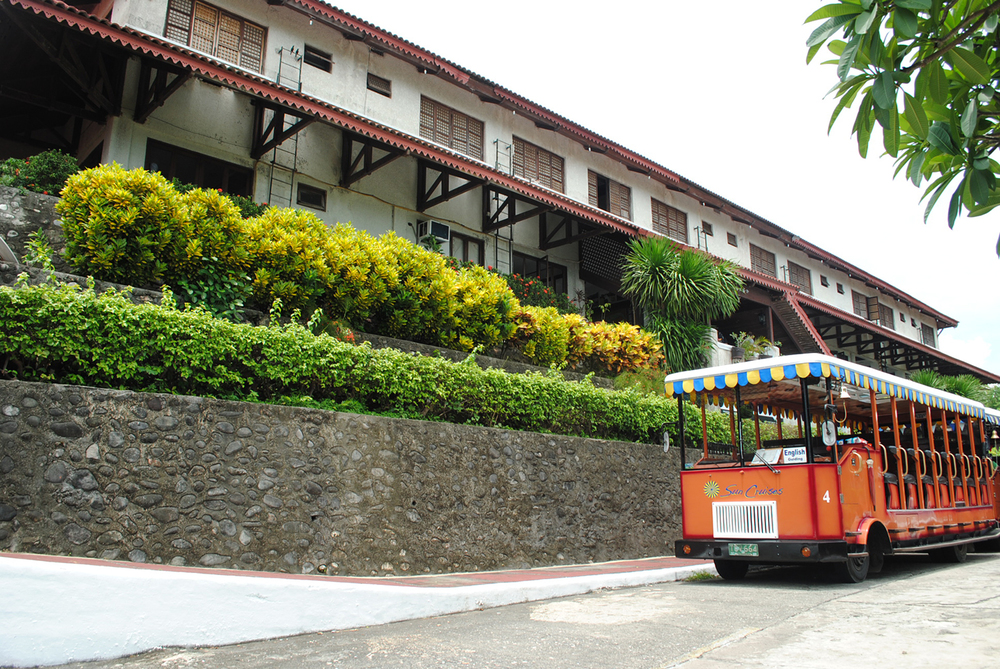 A Sun Cruises tranvia bus at Corregidor Inn  (Photo by Bernard L. Supetran)