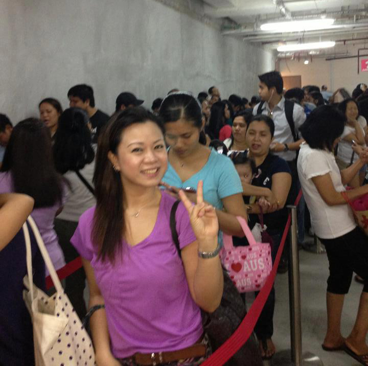Filipinos lining up for Jollibee (Source: Filipinos in Singapore/facebook.com)