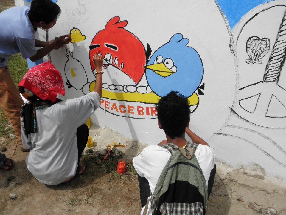 Painting the Peace Wall in Patikul (Photo by Mon Corpuz)