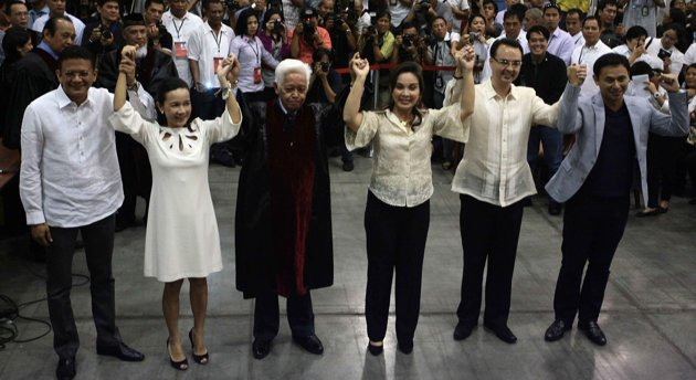 Top Philippine senators proclaimed (L-R): Francis Escudero, Grace Poe, COMELEC Chairman Sixto Brillantes, Loren Legarda, Alan Peter Cayetano and Juan Edgardo Angara (Source: Yahoo Philippines)