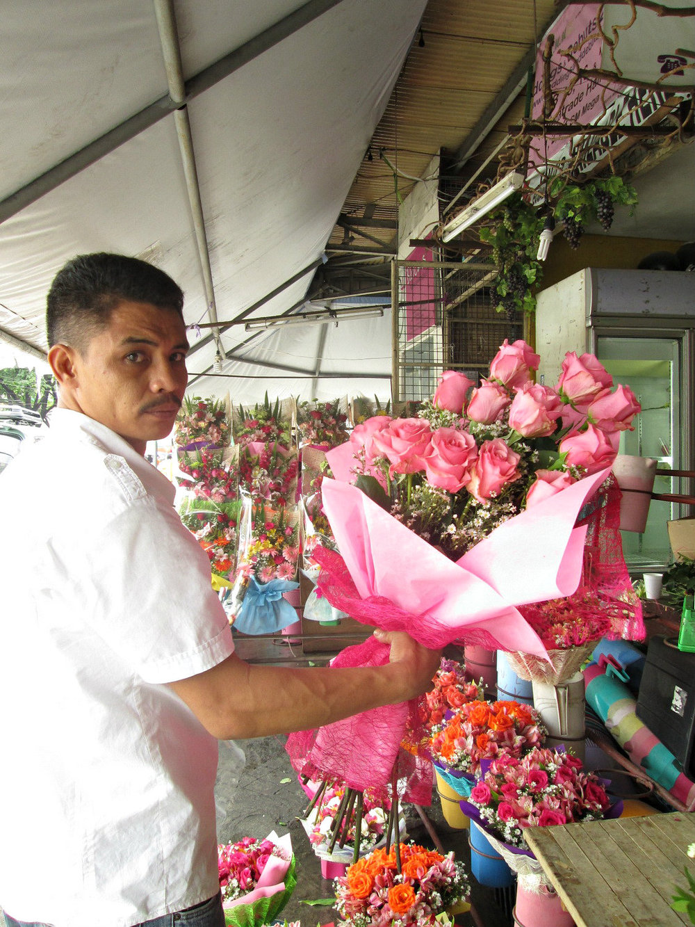 Pretty in pink : Imported  long-stemmed Ecuador roses in full bloom ready for delivery.  (Photo by Dedette Sison-Santiago)