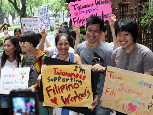 Taiwanese students rally outside a Taipei church where Filipino migrant workers regularly gather to appeal for friendly treatment of Filipinos in light of the tension between the Philippines and their country (Source: Filipinos in Taiwan/facebook.com)