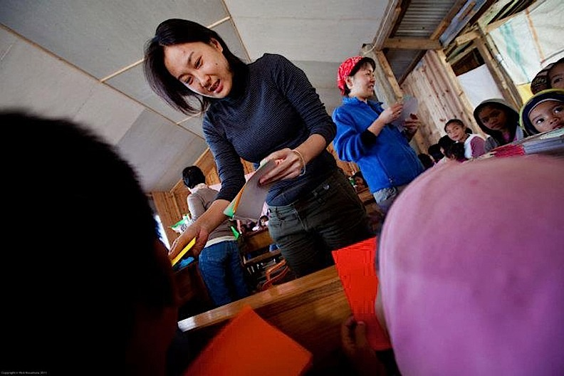 Mayuko Shimakage shows children of Babalak, Bashoy, Benguet how to make origami. (Photo by Rick Rocamora)