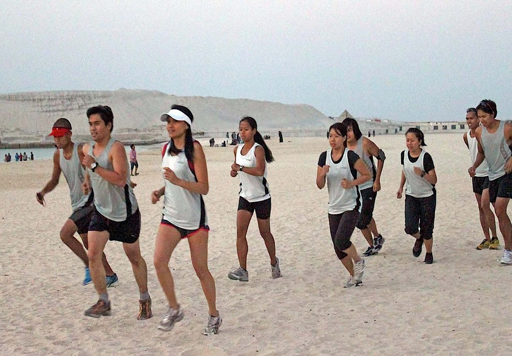 Filipino Runners UAE, an OFW running group, training for the 2011 Dubai Marathon (Source: balita.ph)