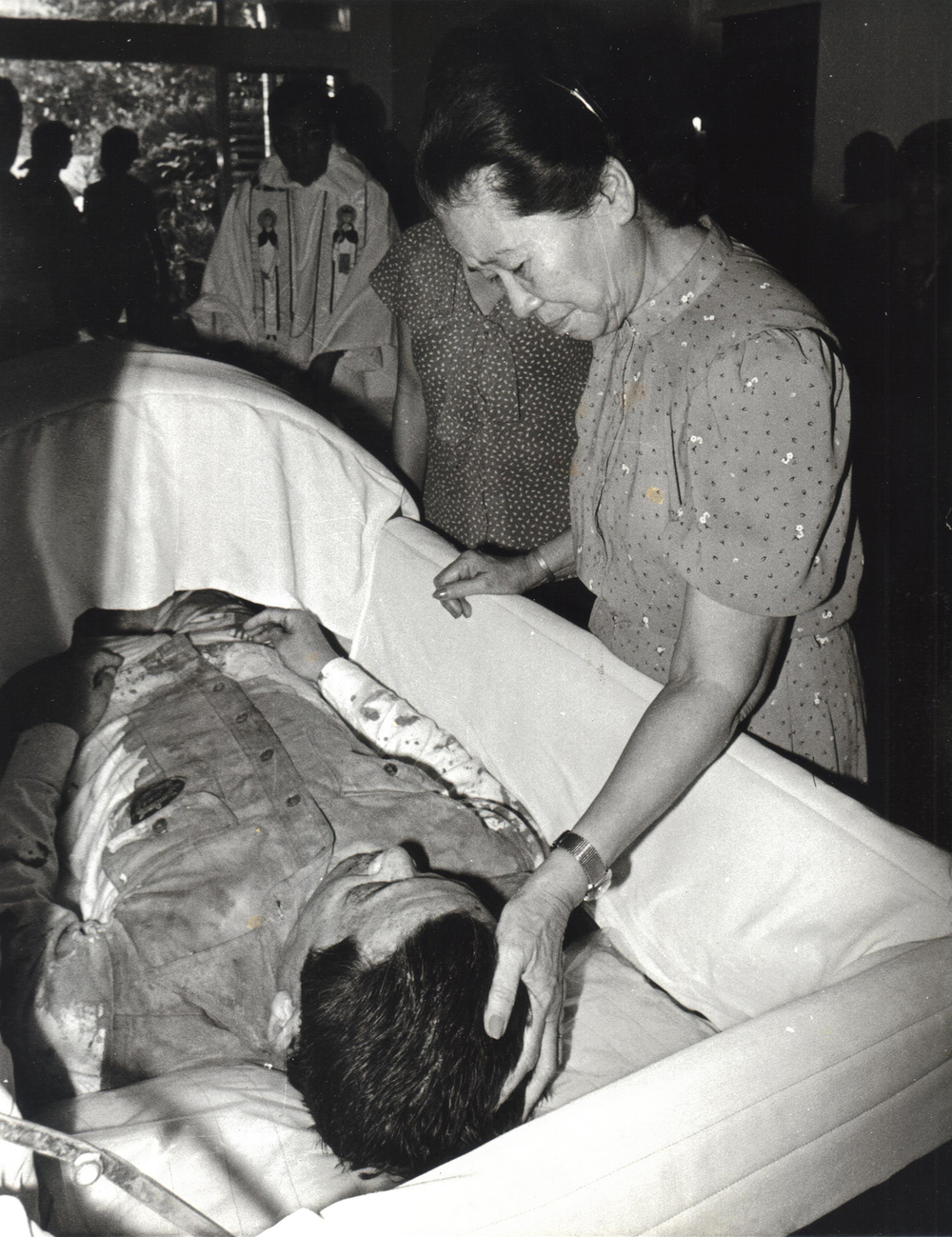 Ninoy's body was taken to the family home at TImes Street in Quezon City, Philippines. With his mother Aurora.  (Photo courtesy of Ken and Lupita Kashiwahara)