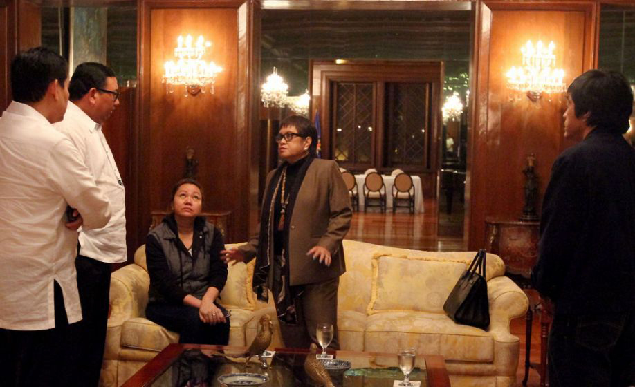 Janet Lim-Napoles (third from left), accompanied by her lawyer, Atty. Lorna Kapunan (fourth from left), surrenders to Malacañang officials (Photo by: Rodolfo Manabat/Malacañang Photo Bureau/NPPA Images)
