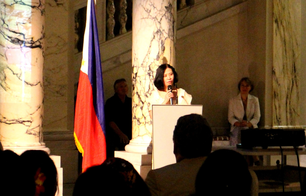 Philippine Ambassador to Austria, H.E. Lourdes Yparraguirre greeting and welcoming  guests (Photo by Carlos Ycasiano)