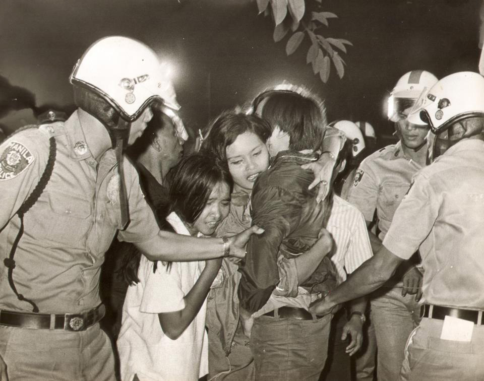 Activists shield student Rene Ciria Cruz from arresting officers at the U.S. Embassy, December 29, 1969 (Source: Romeo Candazo)
