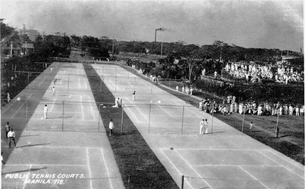 Manila Public Tennis Courts, c.1913 (Insular Ice Plant smokestack in the distance) (Source: manilanostalgia.com)