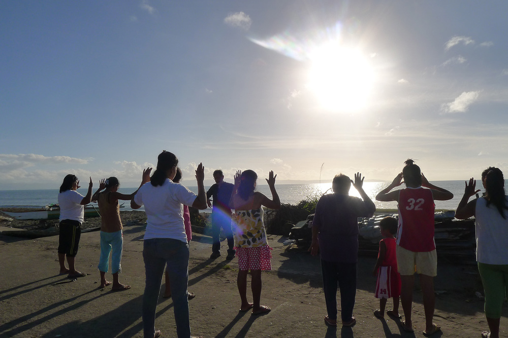 Rene leading a group in sunrise qigong in Barangay 89-90 in Tacloban City. (Photo courtesy of Rene J. Navarro)