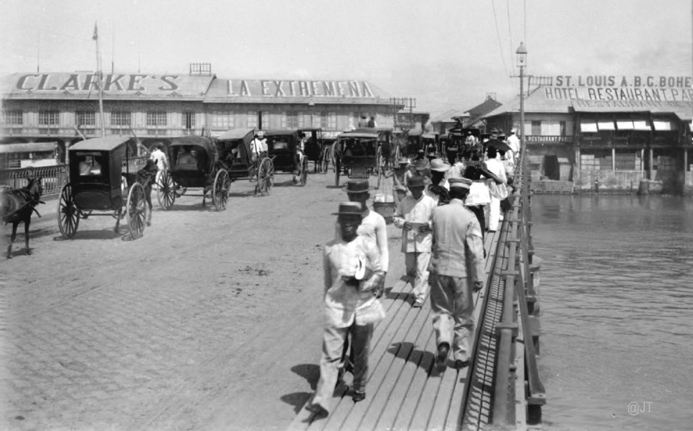 Bridge of Spain leading to the Escolta showing Clarke's on the west side. c.1899 (Source: Manila Nostalgia)