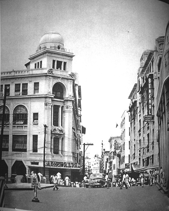 Looking west on the Escolta – Botica Boie on the left (Source: Manila Nostalgia)