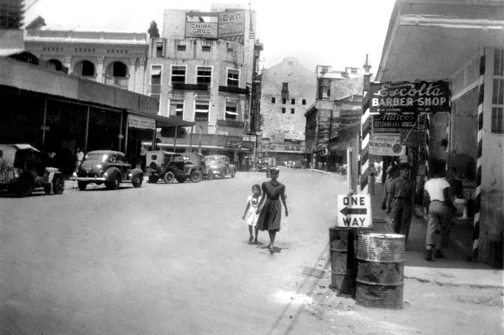 Late 1945, view from Plaza Moraga at the foot of Jones Bridge (Source: Manila Nostalgia)