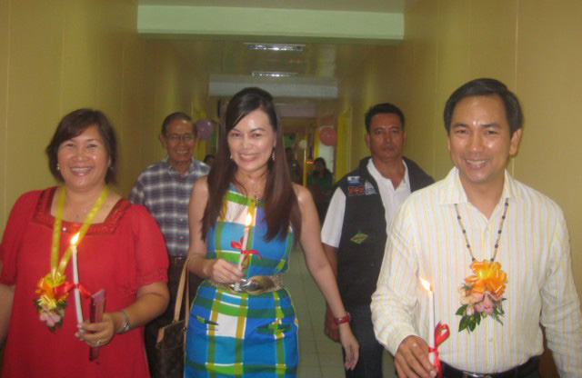 Leyte governor Petilla (right) tours the renovated Ormoc District Hospital. With him is Ormocanon International president Imelda Sacay-Berndt, provincial board member Ebon Bertulfo and Dr. Gregorio Yrastorza, Jr. (Source: evmailnews.com)