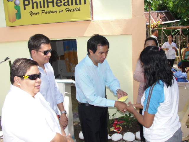 Petilla (second from right) handed out Philhealth cards to beneficiaries in Barangay Culasian, Capoocan, Leyte at the inauguration festivities at Mother Bless birthing facility. (Source: evmailnews.com)