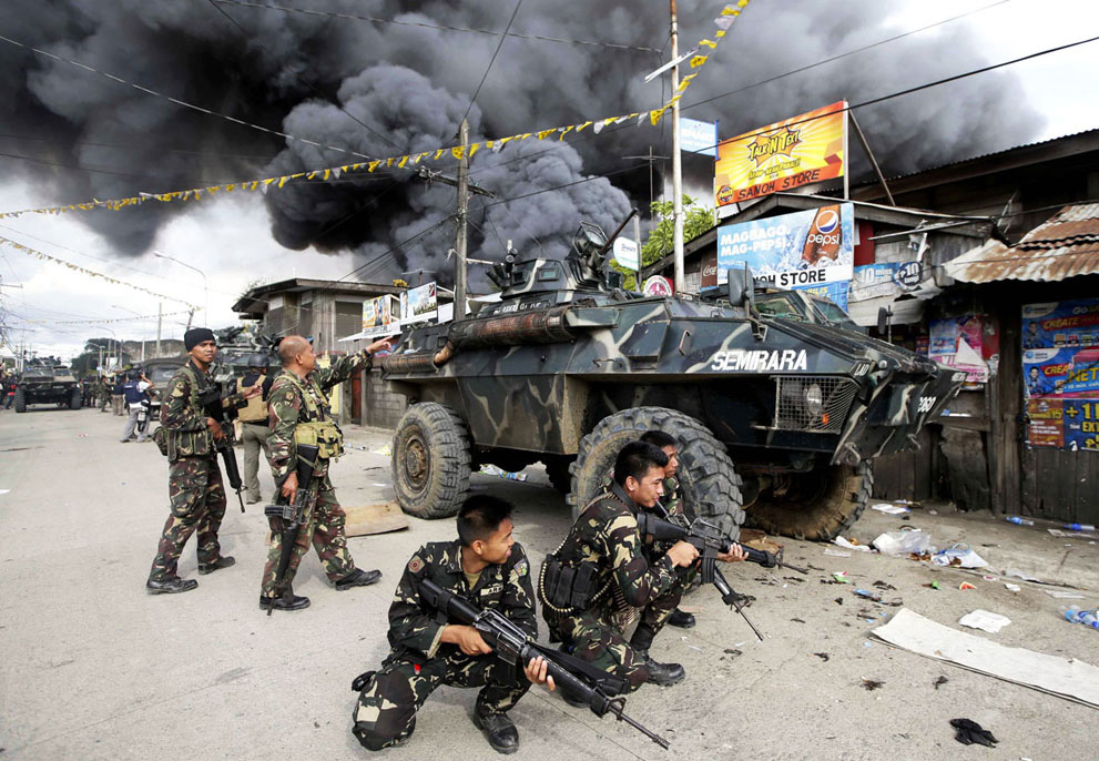 The Philippine military responding to a Muslim rebel attack in Zamboanga, Philippines last September, 2013 (Source: theatlantic.com, Photo by Bullit Marquez/AP)