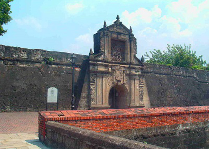 The reconstructed gate at Fort Santiago in Intramuros, Manila (Source: filipiknow.net and wikipedia.org)