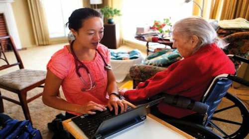 Helen Kao, director of geriatric clinical programs, while making a house call on Hellen Aitel in 2013. (Photo by Elisabeth Fall)
