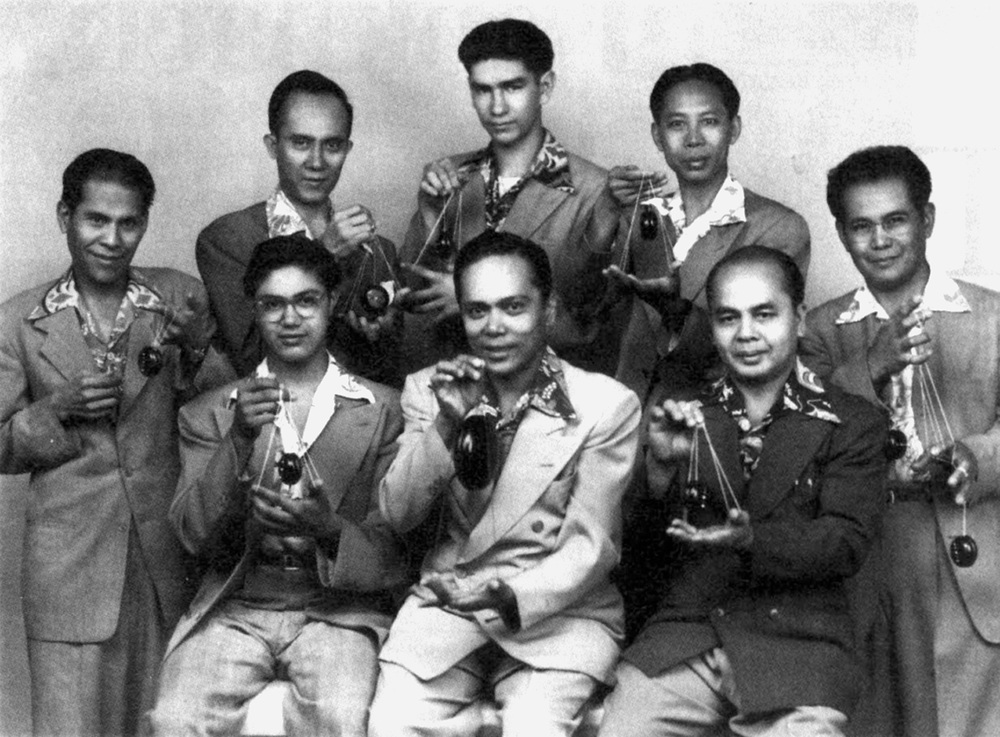 Fred Urian (standing, left) with Filipino yoyo experts in the early '30s. (Source: Filipinos in America: A Journey of Faith)