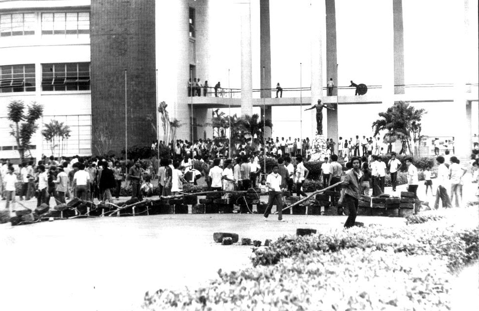 U.P. students begin the Diliman Commune uprising and barricade University Avenue (Source: arkibongbayan.org)