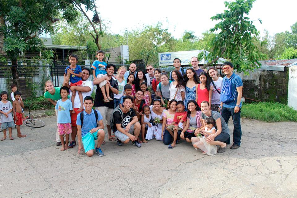 The USF students with underprivileged Filipino children (Photo by Ty Bernardo)