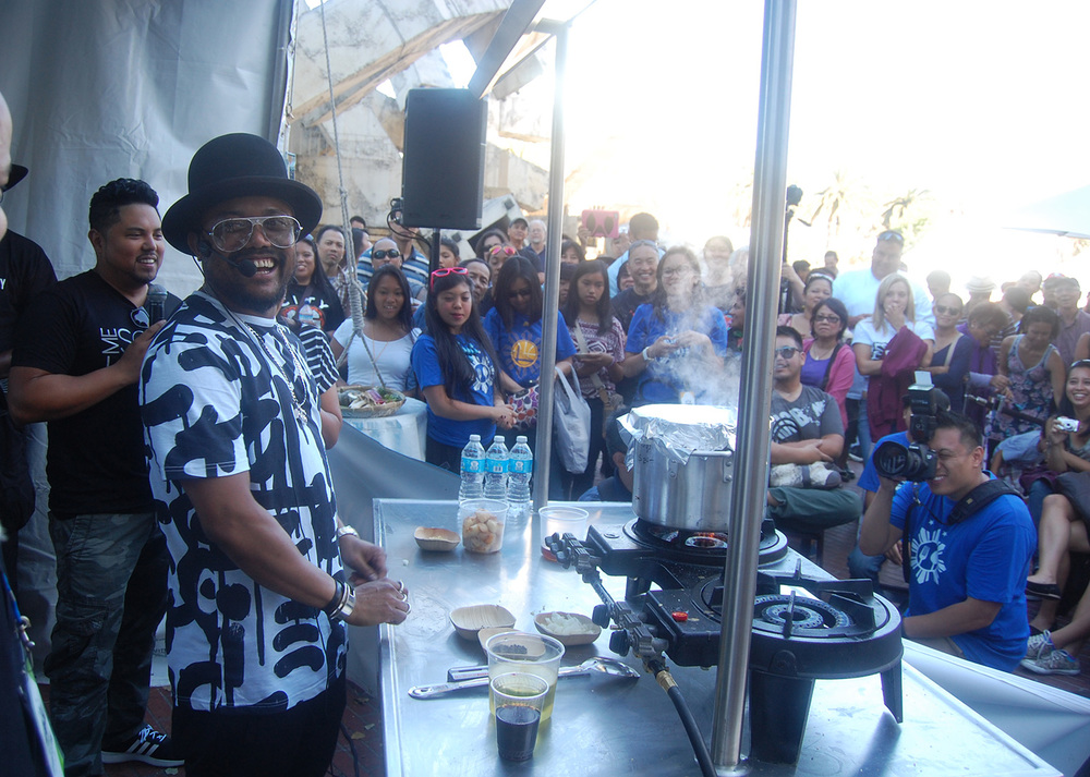 Apl.de.Ap presents his own Adobo recipe for the large crowd at Savor FIlipino (Photo by Raymond Virata)