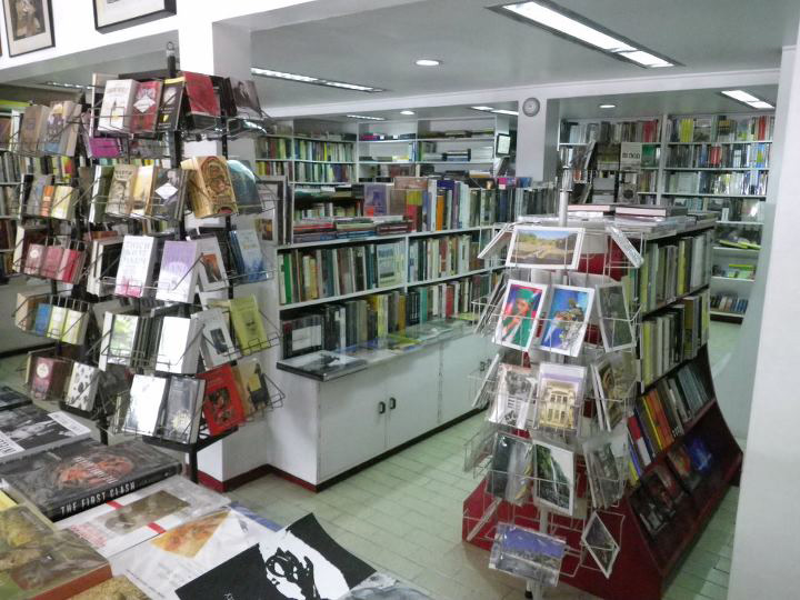 Inside Solidaridad Book Shop (Source: lougopal.com/manila)