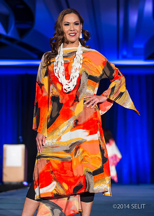 Multi-color print boat neck kimono sleeve tunic top paired with black capri pants (Photo by Selit Rapadas/UNIT ONE Photography Studio)