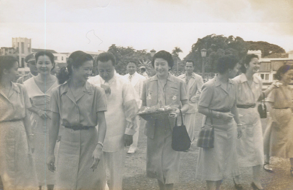 Lulu Reyes Besa, YLAC (Young Ladies Association of Charity) co-founder and president (fifth from left) with President Elpidio Quirino and YLAC members (Photo courtesy of the Lulu Reyes Besa family)