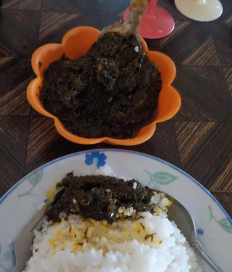 Fish in spicy cassava leaves and rice (Photo by Jorge Emmanuel)