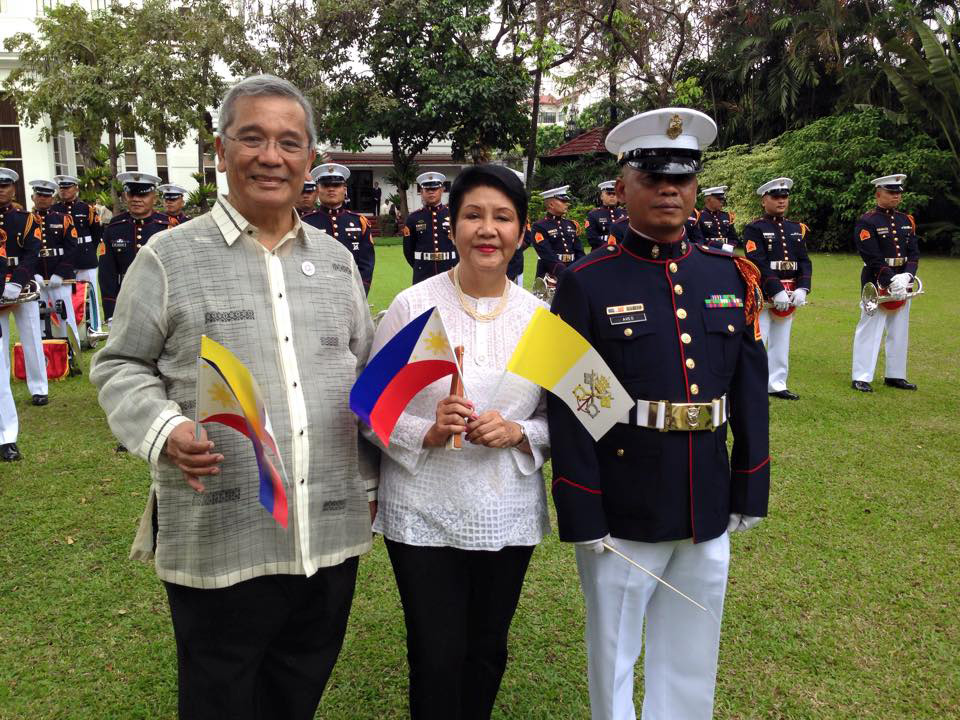 The author (center) and her husband Elfren awaiting the Pope on Malacañang Palace grounds (Photo courtesy of Neni Sta. Romana-Cruz)