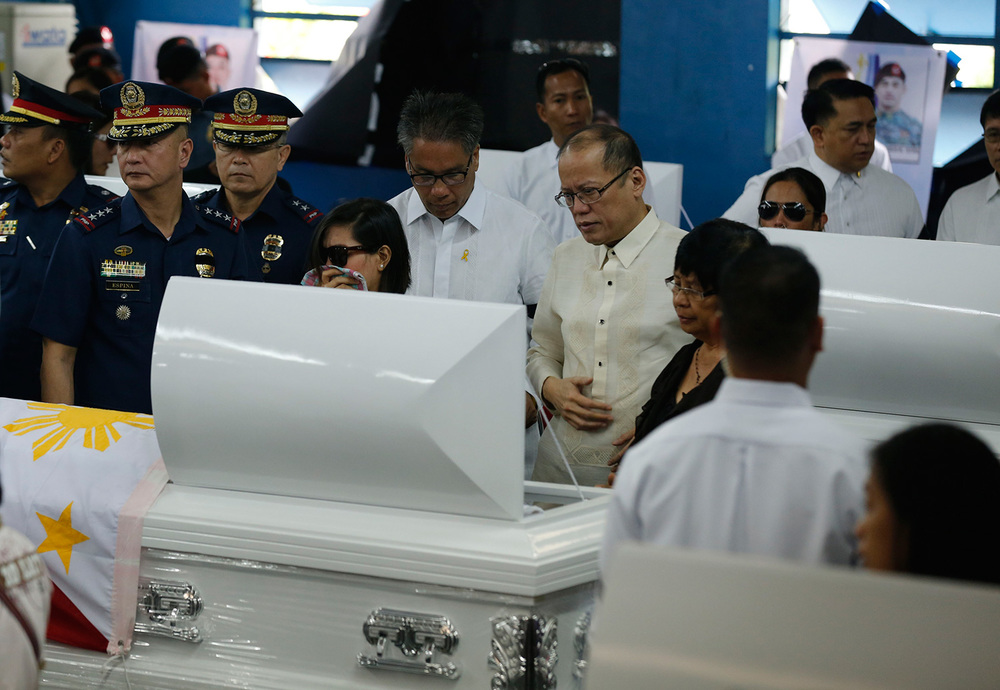 President Benigno S. Aquino III (right) and Interior Secretary Mar Roxas during the wake of the fallen Philippine National Police-Special Action Force (PNP-SAF) held at Camp Bagong Diwa (Photo by the Malacañang Photo Bureau)