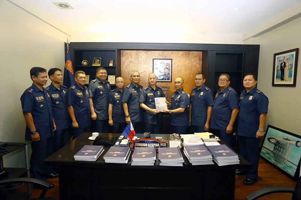 PNP-OIC PDDG Leonardo Espina accepts from PNP Board of Inquiry Chairman PDir Benjamin Magalong the report on the Mamasapano massacre (Source: PNP-PIO)