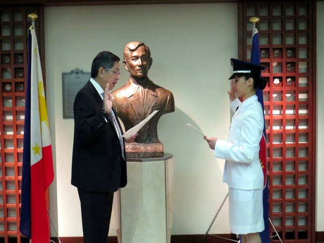 2nd Lieutenant Karen Eve E. Mante taking her oath before Philippine Ambassador to Japan Manuel M. Lopez (Photo courtesy of the Philippine Embassy of Japan)