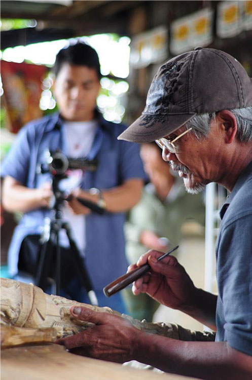 A bamboo carver tells in details an ifugao culture through his art during the First Bamboo Festival in Barangay Asin in Tuba, Benguet. (Photo courtesy of the Philippine Bamboo Foundation, Inc.)