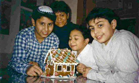 The three Peri children and their mother. Left to right: second son, David; Hadassah (in the background), daughter, Guela, and oldest son, Abraham (Avi), circa 1999. (Source: www.EmptyMansionsBook.com)