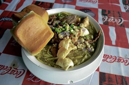 The  lomi  of Cuenca is the richest  lomi  the author has tasted. It is paired with  pan de agua  (Photo by Micky Fenix).