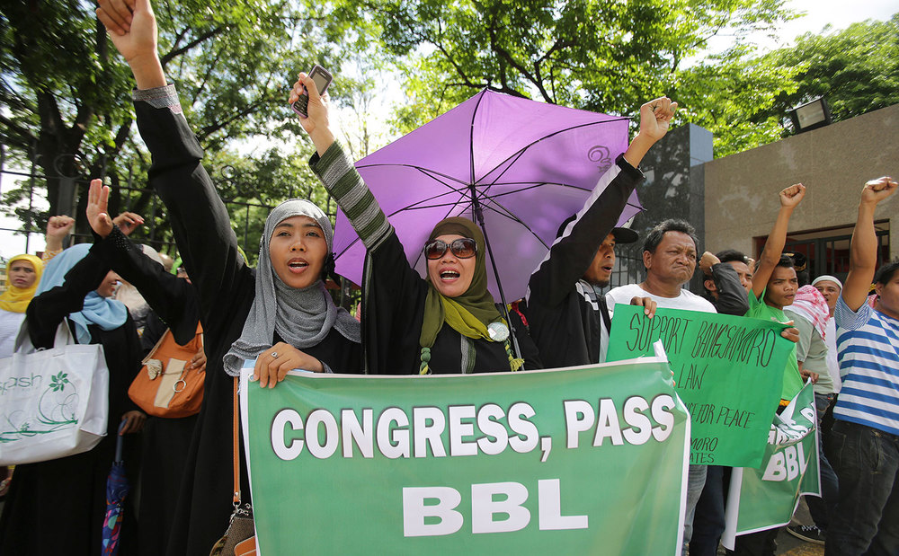 Filipino Muslims rally for the passage of the Bangsamoro Basic Law in front of the House of Representatives (Source: Inquirer.net/AP)
