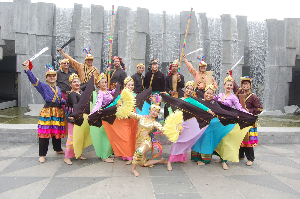 The Kariktan Dance Company (Photo by Raymond Virata)